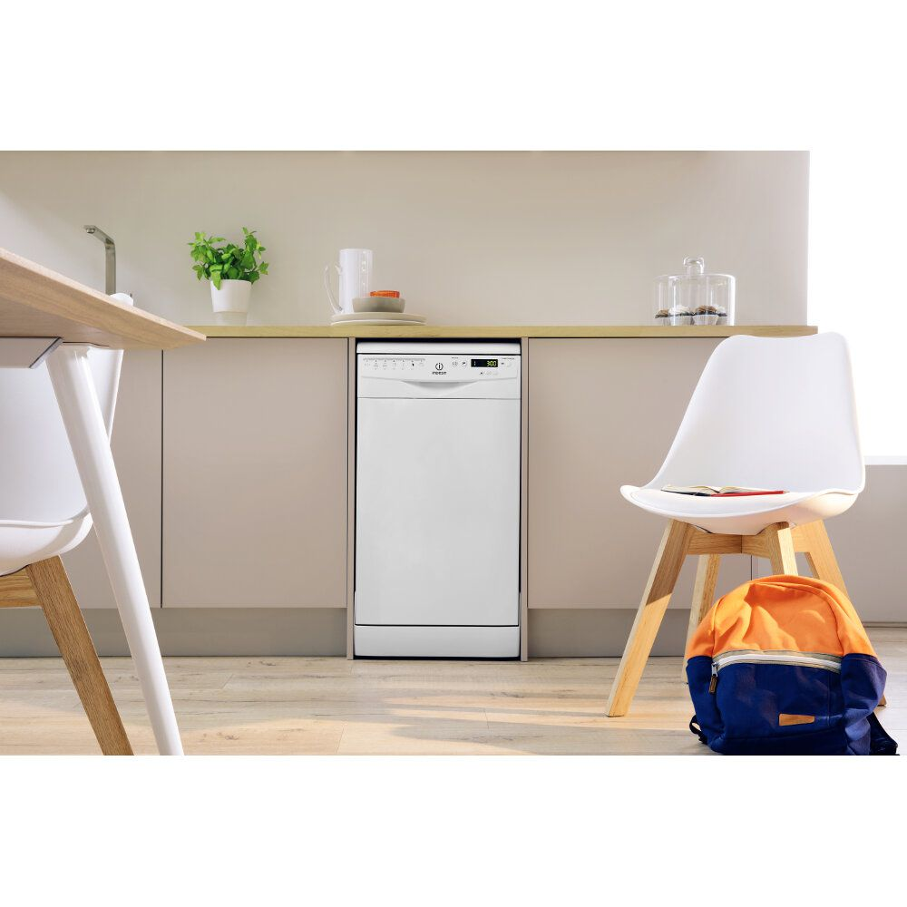 Dishwasher: slim, white colour
